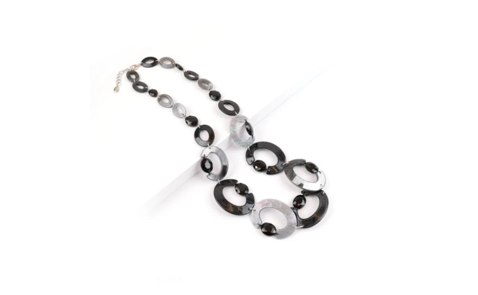 Collana con maglia ad anelli in resina e plexiglass